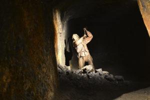 Stollenarbeiter beim Steinabbau in den Saalfelder Feengrotten