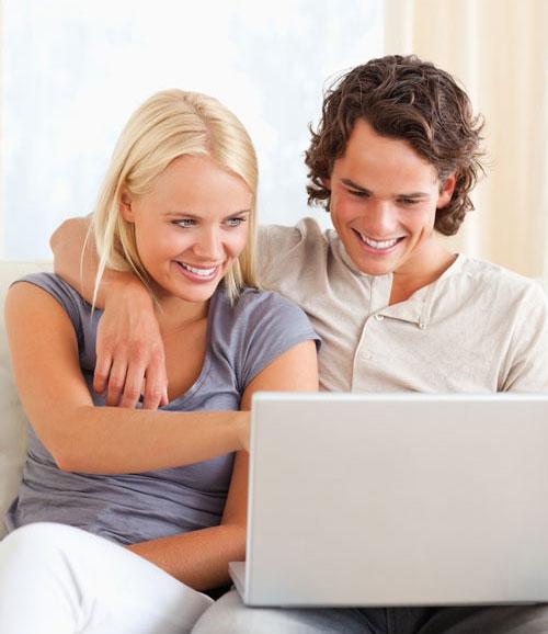 erfreute Personen über Online-Reservierung