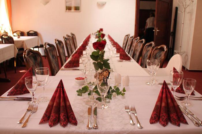 freundliche Hochzeitstafel in weiss mit roten Akzenten